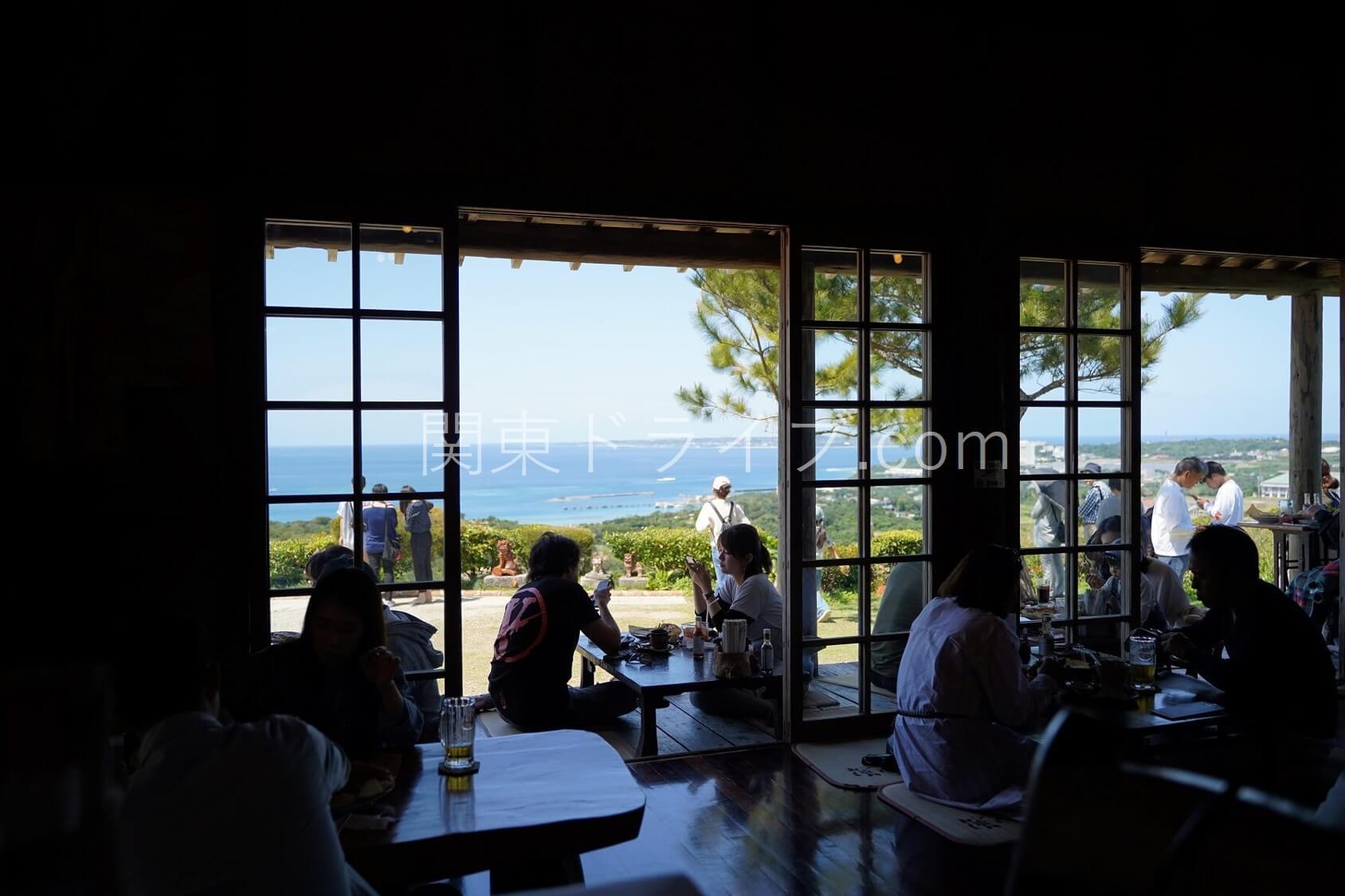 沖縄の絶景ピザ喫茶「花人逢」の内観